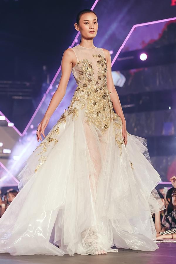 Thiết kế với chất liệu mỏng manh khiến Lê Thúy lộ rõ vòng một khiêm tốn. Phong cách trình diễn lạnh lùng, chuyên nghiệp của nữ người mẫu cuốn hút khán giả xem chương trình.