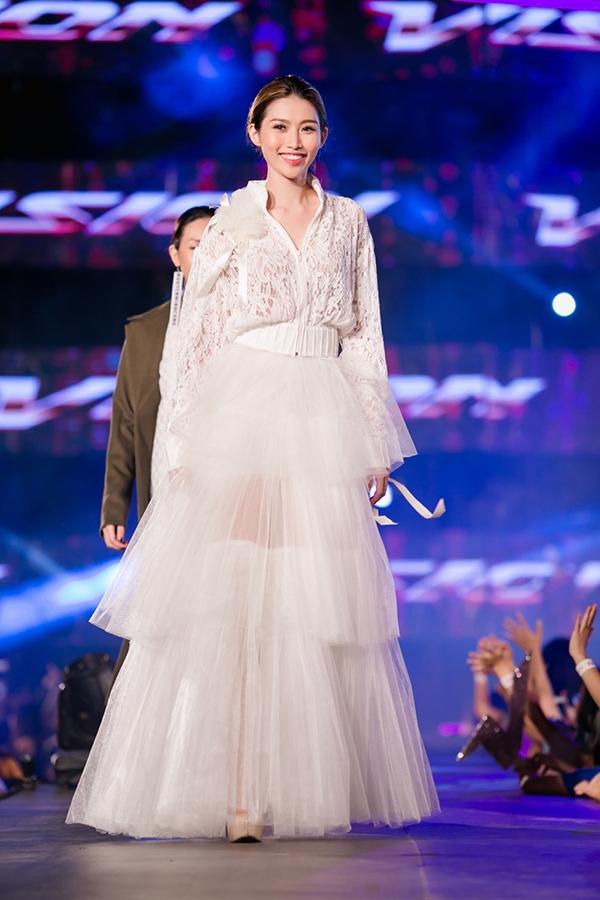 Đêm tiệc thời trang này cũng có sự góp mặt của cặp đôi Quang Hùng - Quỳnh Châu. Cả hai trình diễn nhiều thiết kế trẻ trung, độc đáo, mang tính ứng dụng cao.