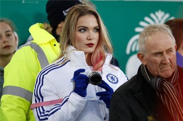 """Cô Emilynổi bật với áo khoác đội bóng """"đối thủ"""" không đội trời chung của MU(Ảnh:Reuters)"""