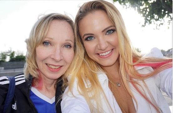 Emily và mẹ của cô.(Ảnh: Instagram Emily)