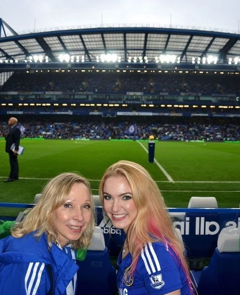 Hình ảnh hai mẹ con đi cổ vũ cho đội bóng yêu thích.(Ảnh: Instagram Emily)