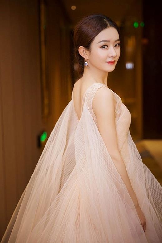 Triệu Lệ Dĩnh xinh đẹp hút hồn trong sự kiện họp báo ra mắt diễn viên.