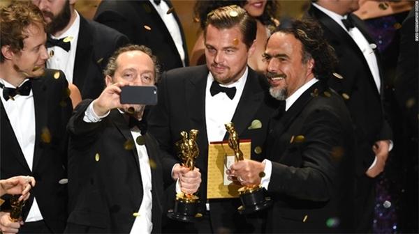 """3 chủ nhân của tượng vàng Oscar Emmanuel Lubezki, Leonardo DiCaprio và Alejandro G. Iñárritu cùng selfie sau khi nhận giải nhờ """"bom tấn"""" The Revenant (Người trở về từ cõi chết)."""