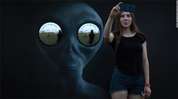 Một cô gái trẻ selfie tại Festival âm nhạc điện tử Alfa Future People ở thành phố Nizhny Novgorod, Nga hôm 22/7.