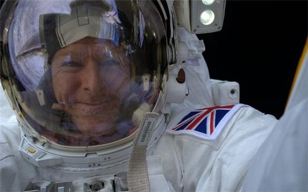 """Phi hành gia Tim Peake selfie từ không gian với dòng chú thích: """"Đã tìm thấy nơi hoàn hảo để """"tự sướng"""" rồi""""."""