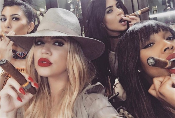 Khloe Kardashian selfie với điếu xì gà cùng hai chị gái Kourtney Kardashian, Kim Kardashian và cô bạn Malika Haqq ở Cuba.