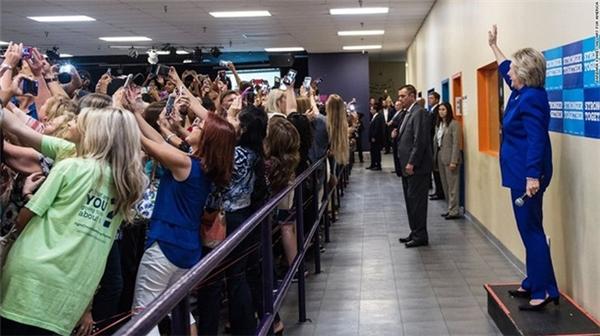 Trong một buổi tranh cử ở Orlando ngày 25/9, hàng trăm người ủng hộ tranh thủ giơ điện thoại ra selfie khi bà Hillary Clinton xuất hiện.
