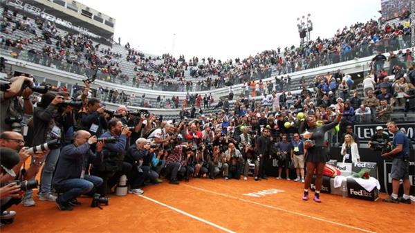 """Serena Williams selfie sau khi giành cúp tại giải mở rộng ở Ý hôm 15/5. Cô cùng người chị tên Venus Williams là hai tay vợt nữ xếp vào hàng """"huyền thoại"""" của làng thể thao thế giới."""