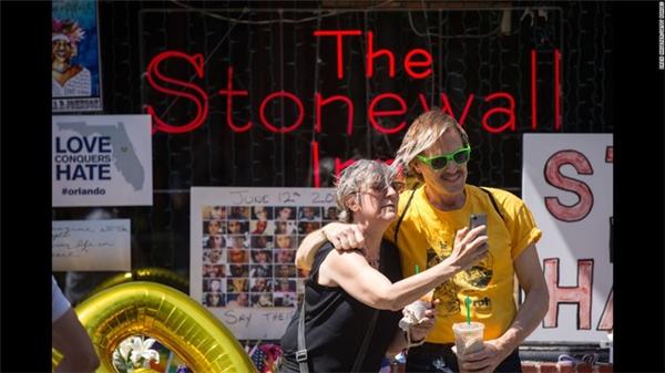 Hai công dân cùng selfie ở Stonewall Inn, thành phố New York – biểu tượng của phong trào vận động vì quyền cộng đồng LGBT tại Mỹ.
