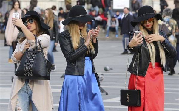 Bức ảnh 3 người phụ nữ selfie tại Milan, Ý.