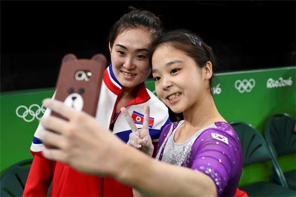 2 vận động viên thể dục dụng cụ của Hàn Quốc và Triều Tiên Lee Eun Ju và Hong Un Jong cùng selfie tại Thế vận hội Olympic Rio tháng 8 vừa qua.