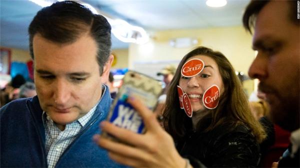 """""""Fan cuồng"""" cố gắng giơ máy selfie với thượng nghị sĩ Ted Cruz."""