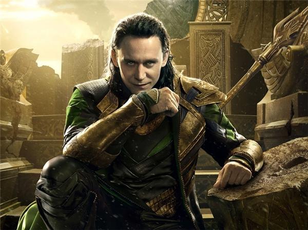 Loki (Tom Hiddleston) - Các phim của Marvel: Có lẽ đây chính là nhân vật phản diện được yêu thích nhất từ trước đến nay và có lượng fan nữ đông đảo và cuồng nhiệt nhất thế giới. Không cần làm gì nhiều, Loki vẫn có thể hủy diệt cả thế giới chỉ bằng một cái nhếch mép đầy cao ngạo và ma mãnh.
