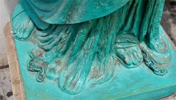 Bức tượng Nữ thần Tự do là quà tặng của nước Pháp dành cho nước Mỹ nhân ngày kỷ niệm 100 năm Cách mạng Mỹ thành công. Và có một chi tiết nhỏ thường bị hàng ngàn du khách đến đây chiêm ngưỡng bức tượng bỏ qua, không chú ý đến, đó là một chuỗi xích bị đứt nằm dưới chân của bức tượng để tượng trưng cho việc đập tan mọi gông cùm và áp bức.