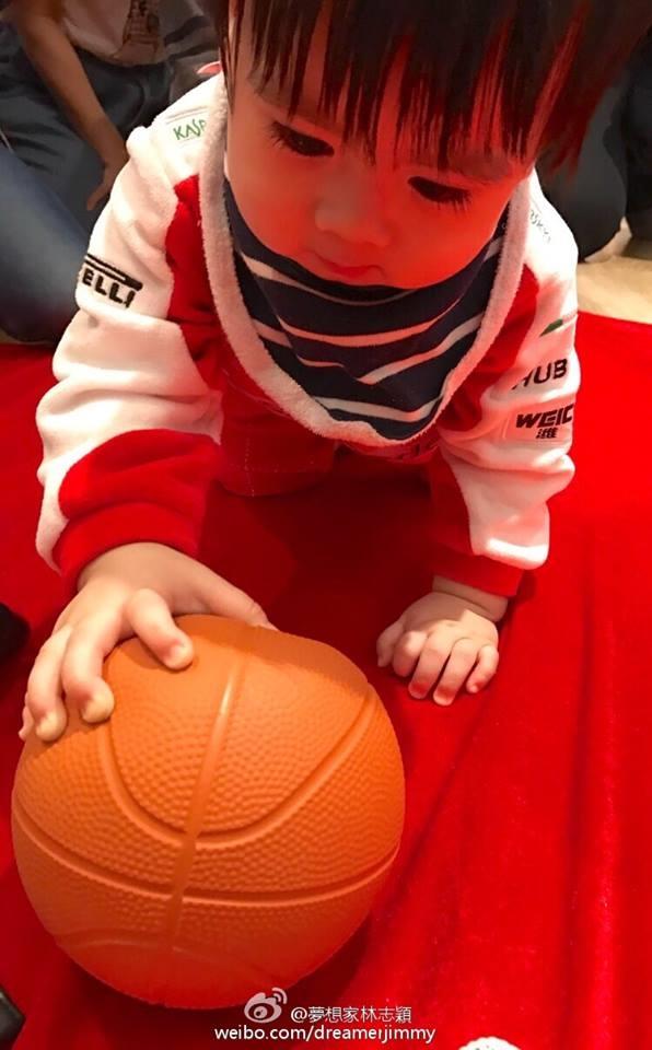 Trong khi đóKyson chọn vô lăng,bóng rổ, con dấu.