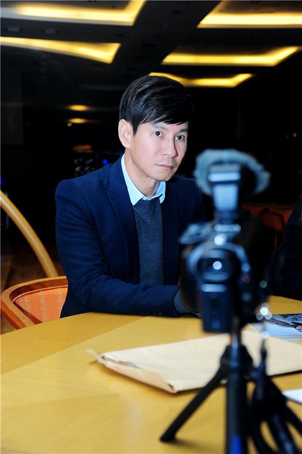 """Đứng trước nguồn dư luận, nam nghệ sĩ đa tài cho biết: """"Ban tổ chức giải thưởng đã chủ động liên hệ với chúng tôi từ đầu tháng 9 để mời sang tham dự sự kiện này. Sau khi tìm hiểu thông tin về giải thưởng, tôi thấy đây là một giải thưởng lâu đời, có uy tín suốt 24 năm qua của Bộ Văn hóa Hàn Quốc kết hợp với Hiệp hội Nhà báo, Hiệp hội Giải trí Hàn Quốc và được truyền hình trực tiếp trên đài KBSN thì không thể gọi là """"ao làng"""" được. Nếu đây là một giải thưởng không uy tín thì đêm trao giải thưởng sẽ không có nhiều nghệ sĩ nổi tiếng K-Pop tham dự và đoạt giải như: Kim Soo Hyun, Kang Ye Bin, Park Han Byul, Jo Jung Min, nhóm G-Friend, nhóm KNK, DJ Soda…"""". - Tin sao Viet - Tin tuc sao Viet - Scandal sao Viet - Tin tuc cua Sao - Tin cua Sao"""