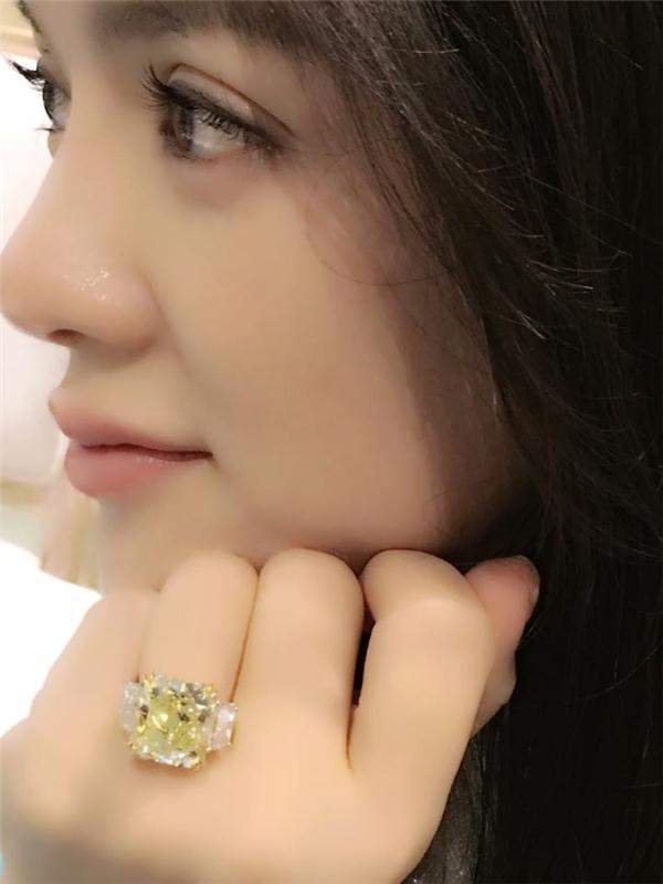 Theo định giá của những chuyên gia chơi hàng hiệu, kim cương thì chiếc nhẫn của Lý Nhã Kỳ dao động ở mức giá 60 tỷ đồng. - Tin sao Viet - Tin tuc sao Viet - Scandal sao Viet - Tin tuc cua Sao - Tin cua Sao