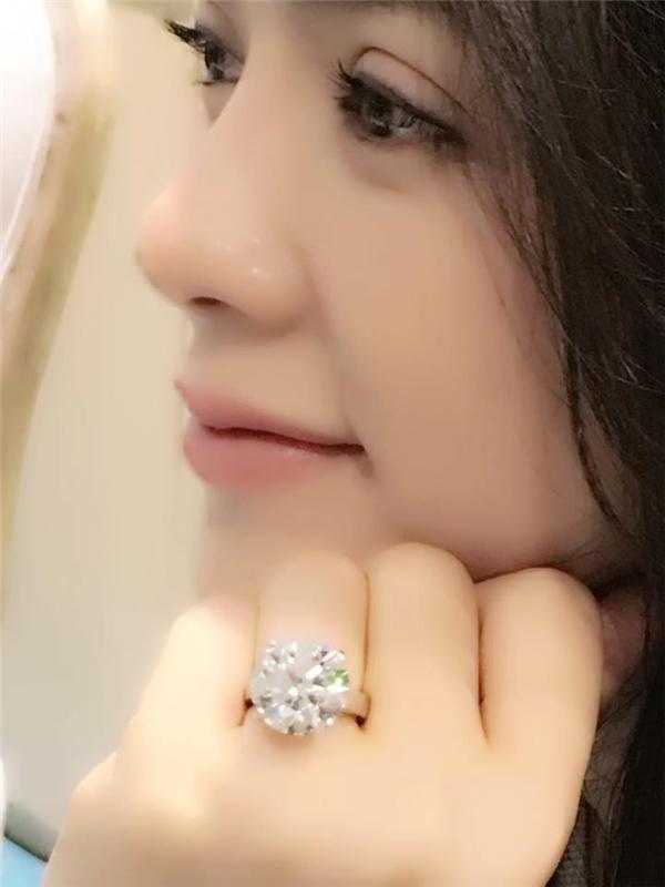 Cách đây không lâu, Lý Nhã Kỳ khiến cộng đồng mạng ganh tị khi kheo chiếc nhẫn có trị giá hơn 100 tỷ đồng. - Tin sao Viet - Tin tuc sao Viet - Scandal sao Viet - Tin tuc cua Sao - Tin cua Sao