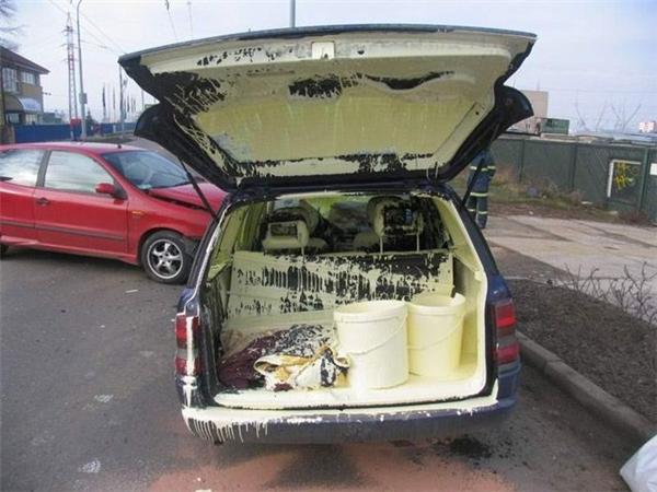 Vừa mới đi bão về mà quên mất có mấy thùng sơn chưa đậy nắp sau xe.