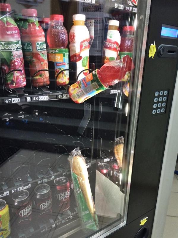 Bánh mì bị kẹt trong máy bán hàng tự động. Mua tiếp chai nước ngọt để đẩy nó xuống. Và đây là kết quả.