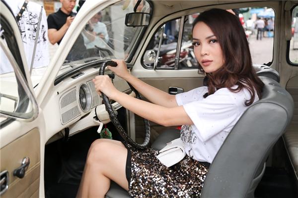 Yến Trang kín đáo bên Kelbin Lei tạo dáng ngầu bên xe hơi cổ