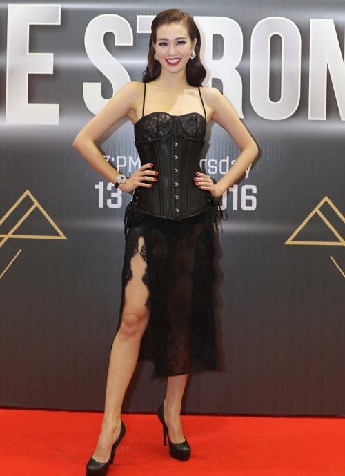 Khánh My lăng xê corset đang là xu hướng kết hợp với mốt váy ngủ bằng ren lưới truyền thống. Nữ diễn viên vừa toát lên vẻ quyến rũ nhưng không kém phần mạnh mẽ.