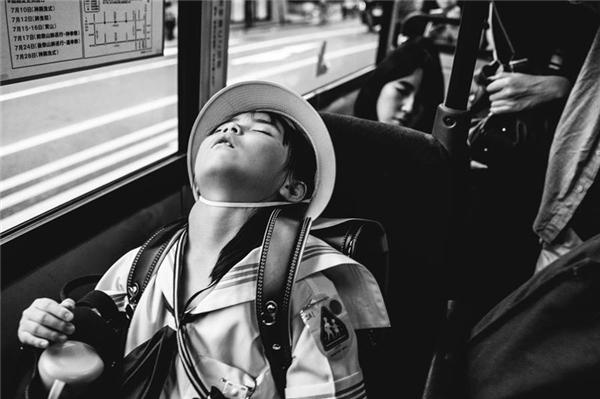 Cô bé ngủ gục trên một chuyến xe buýt tại Kyoto, Nhật Bản. (Ảnh: Jian Seng Soh)