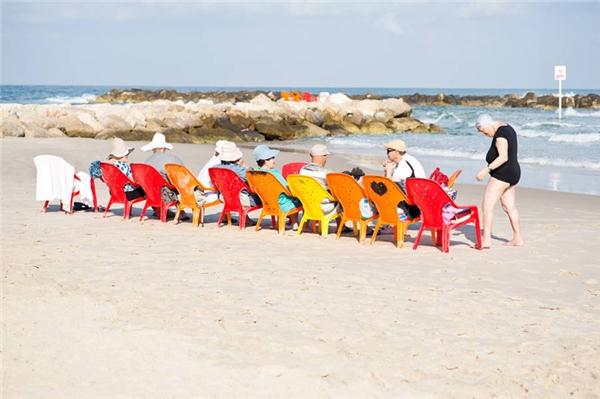 Các cụ già và những chiếc ghế rực rỡ sắc màu ở bãi biển Tel Aviv. (Ảnh: Eugénie Sophie Berger)