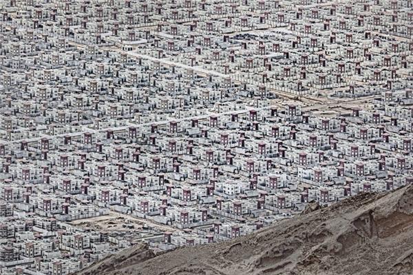 Một mê cung những ngôi nhà giống nhau trên một vùng sa mạc ở UAE. (Ảnh: Andrzej Bochenski)