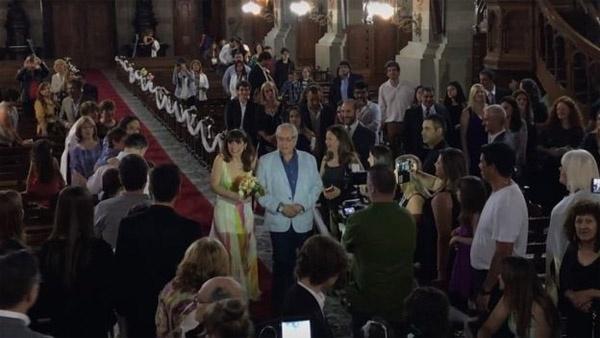 Cô dâu tiến vào lễ đại trước sự chúng kiến của bạn bè.