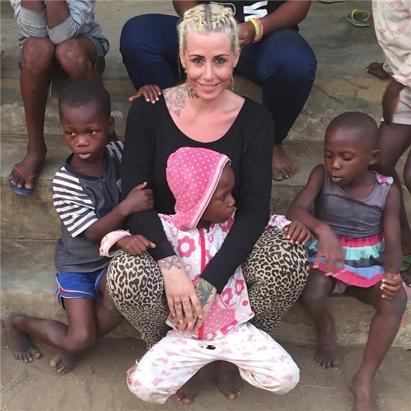Cô thường xuyên giúp đỡ các trẻ em, người dân khó khăn ở Nigeria.(Ảnh: Internet)