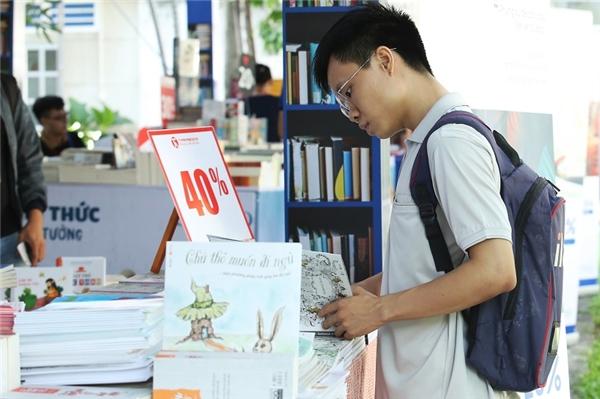 """Còn gì thích thú hơn khi có thể """"Mua sách với giá ưu đãi"""" ngay tại Ngày hội S.hub."""