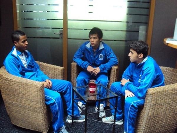 Thái Sung tự tin giao tiếp cùng đồng đội người nước ngoài.