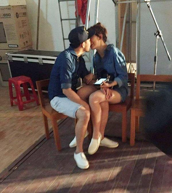 Đây không phải là lần đầu tiên khán giả có thể bắt gặp khoảnh khắc ngọt ngào như thế của cặp đôi. Trước đó, Trấn Thành - Hari Won cũng khiến khán giả thích thú với trang phục denim, giày slip on trắng trẻ trung.