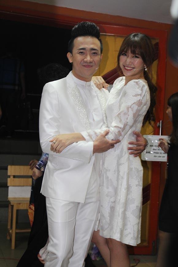 Bạch mã hoàng tử và nàng công chúa trong chuyện cổ tích được cặp đôi tái hiện với suit trắng kết hợp váy xòe cổ điển.