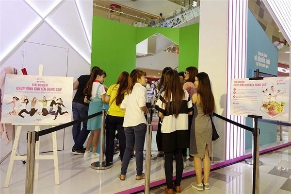Các cô gái hào hứng chờ đợi để được đến lượt trải nghiệm phong cách chụp ảnh 360.