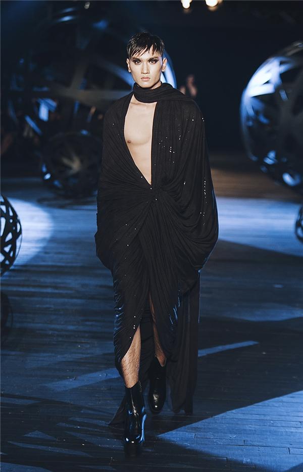 Người mẫu Huy Quang mở màn bộ sưu tập dành cho nam giới.