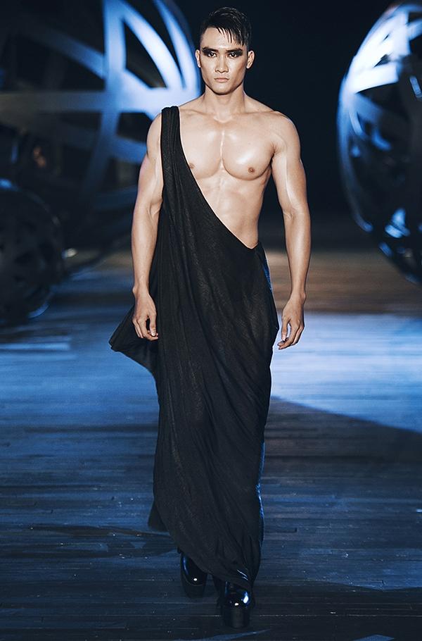 Dàn mẫu nam mặc váy, đi giày cao khuynh đảo show Đỗ Mạnh Cường