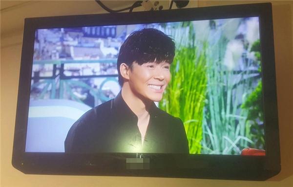 """Nathan Lee diện hàng hiệu """"khủng"""" lên truyền hình quốc gia Pháp"""