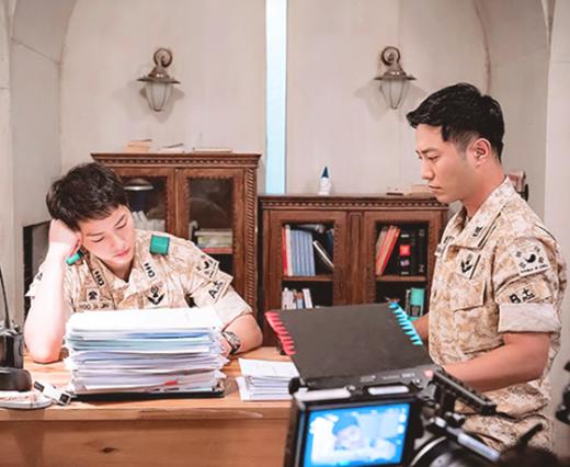 """Hậu duệ mặt trời là một trong những bộ phim đình đám của màn ảnh Hàn Quốc. Bộ phim này đã tạo nên cơn sốt toàn châu Á với cốt truyện hay, cảnh quay ấn tượng cùng dàn diễn viên... không thể chê vào đâu được. Ngoài ra, chính Hậu duệ mặt trời đã """"se duyên"""" cho cặp bạn thân quân nhânYoo Si Jin (Song Joong Ki)và Seo Da Young (Jin Goo). Với màn diễn xuất ấn tượng cùng sự phối hợp vô cùng ăn ý, Đại úy Yoo - Trung sĩ Seo đã khiến fan của bộ phim không biết bao lần phải thổn thức khi có những cảnh quay chung với nhau."""