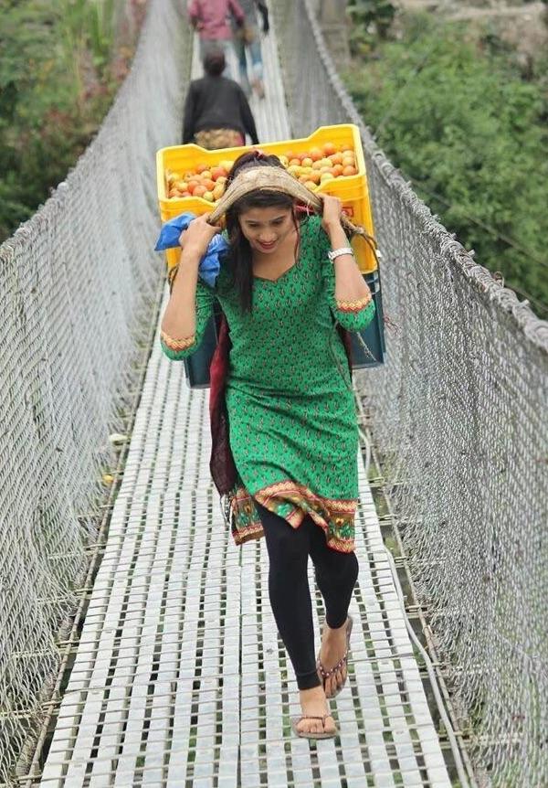 Vào ngày nghỉ lễ, cô gái 18 tuổiKusum Shrestha đã phụ giúp cha mẹ bán rau củ.