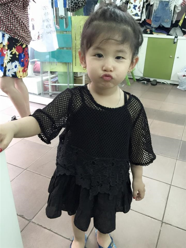 Càng lớn cô bé càng biết tạodáng trước ống kính.(Ảnh: NVCC)