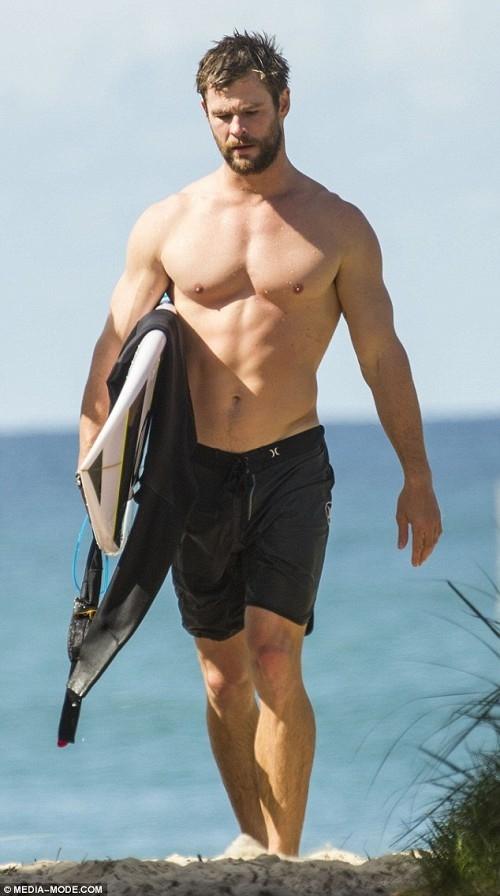 Nhờ chế độ ăn uống khắc nghiệt,Chris Hemsworth đã có được vóc dáng chuẩn cùng với tỉ lệ cơ thể đáng mơ ước.