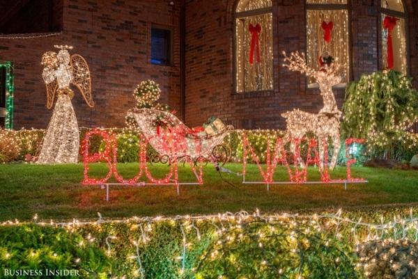 """Dòng chữ sáng lấp lánh này là """"Buon Natale"""", có nghĩa là """"Giáng sinh an lành"""" trong tiếng Ý."""