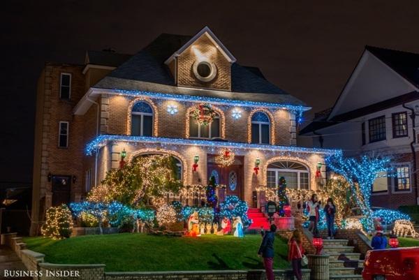 """Truyền thống trang trí này đã xuất hiện từ năm 1984, và cứ mỗi năm trôi qua lại có thêm vài hộ gia đình cùng tham gia trang trí. Cho đến ngày nay, hầu như không có gia đình nào chịu """"ngồi im"""" khi Giáng sinh về."""