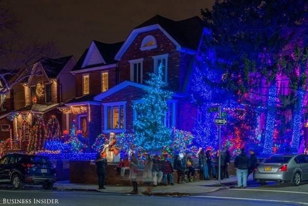 Giáng sinh đâu chỉ có đèn trắng, đèn xanh cũng ấn tượng mà!
