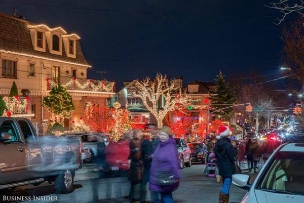 Mỗi năm, Dyker Heights thu hút hơn 100.000 du khách đến tham quan vào dịp Giáng sinh.