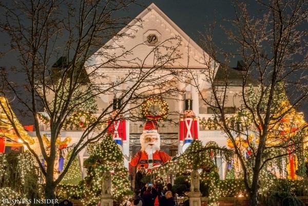 Đối diện nhà của gia đình Spata là nhà của gia đình Polizzotto, nổi bật với Ông già Noel cao hơn 7m.