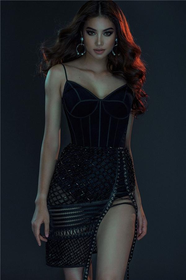 Phạm Hương quyến rũ từng centimet với váy xẻ ngực sâu hút