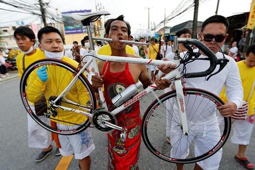 Hành động dị đến rợn người của một tín đồ ăn chay người Trung Quốc trong cuộc diễu hành lễ kỷ niệm ăn chay tại Phuket, Thái Lan được chụp lại vào ngày 04/10/2016